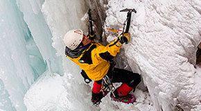 После падения в расщелину альпинист остался в живых