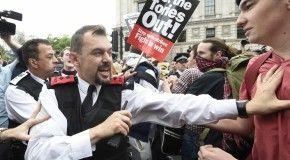 Три участника демонстрации задержаны и арестованы около британского парламента