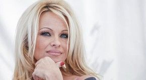 Памела Андерсон написала Путину в защиту китов